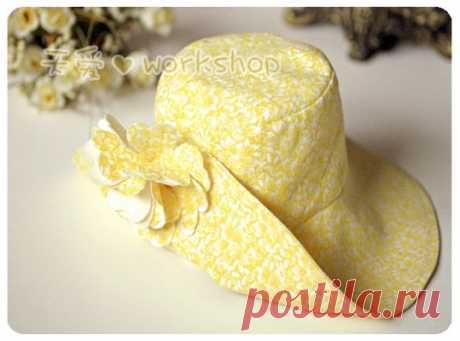 Шляпки, панамки, кепки - то есть необходимое, чтобы прятать голову от палящего солнца.