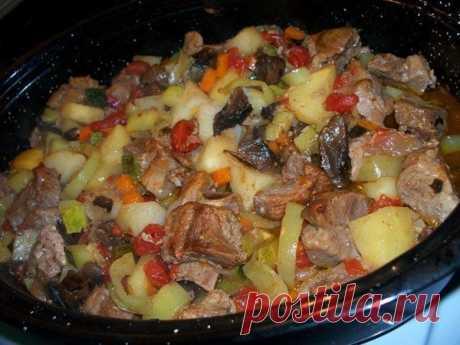 Это блюдо всегда получается вкусным — жаркое в духовке с мясом и грибами!  Ингредиенты: 1 кг свинины,1 кг картофеля2-3 зеленых болгарских перца1 луковица1 морковь2-3 помидорагорсть сушеных белых грибов1 молодой кабачок или цукинисоль и перецрастительное масло Приготовление:…