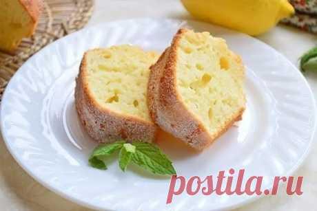 Las novedades interesantes el pastel Simple con el limón