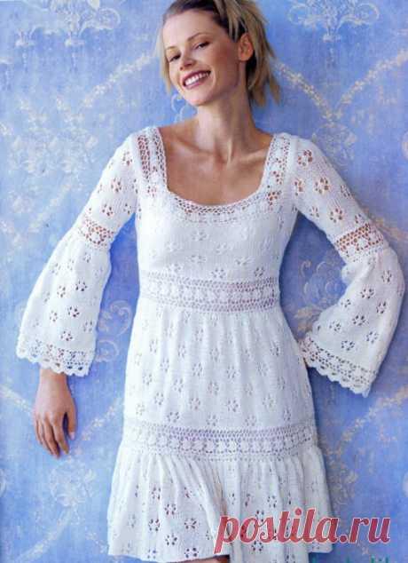 Ажурное платье спицами с расклешенным рукавом