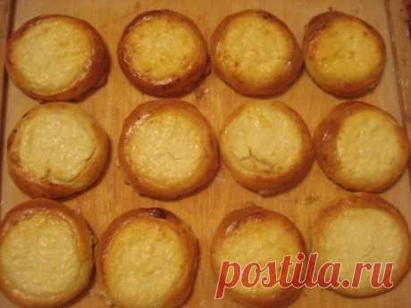Ватрушки из пресного теста на кефире.  Пресное тесто на кефире: 500 гр кефира, 2 яйца, 2 ст.л. растительного масла, 1/2 ч.л. соды, соль на кончике ножа, мука. Смешать все компоненты, добавить муку (количество муки на глаз, чтобы получилось тесто, не прилипающее к рукам). Лепим булочки или пирожки с начинкой, смазываем желтком и в духовку до готовности. Творожная начинка: 200 гр. творога, 1/2 ст. сметаны, 1 белок взбитый с сахаром, 1 ст.л. манки. Все перемешать выложить на ...