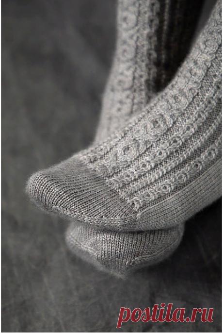 Вязаные носки «Sterling Silver» от Emily Kintigh.