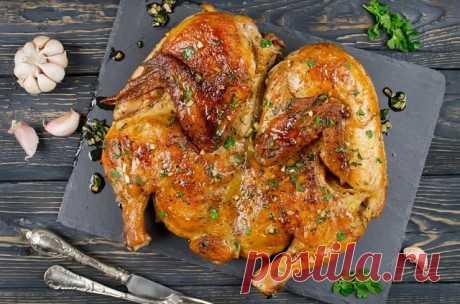 Очень вкусная КУРИЦА ПО-АДЖАРСКИ   Курица по-аджарски идеальное блюдо к обеду или ужину. По способу приготовления она очень напоминает нашего цыпленка табака, только более ароматного.   Получается такая курочка очень вкусной. А пахнет так, что просто сведет вас с ума. А еще такая курочка более сочная и пикантная, чем цыпленок табака.   Ингредиенты :   ● 1 курица (2 кг)  ● 8 зубчиков чеснока  ● пол пучка кинзы  ● 230 миллилитров воды  ● 1 чайная ложка паприки  ● 1 чайная ло...