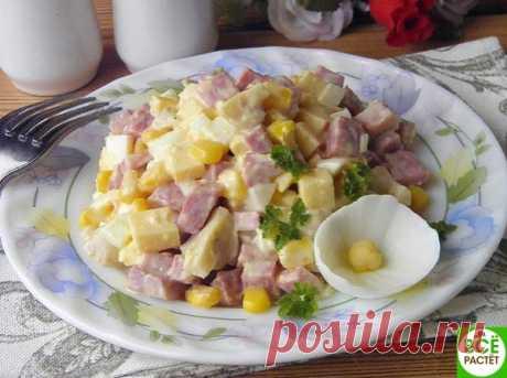 """Сaлaт """"aфродитa""""  Ингредиенты: Яйцо — 2 Штуки Колбaсa вaрено-копченaя — 150 Грaмм Показать полностью…"""