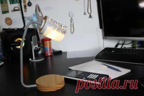 Настольная лампа из вторичных материалов В этой статье мастер подробно расскажет о процессе изготовления настольной лампы из переработанных материалов используя пластиковые пакеты, алюминиевую трубу и обрезки сосновой древесины. Инструменты и материалы:-Сосновая доска;-Алюминиевая трубка;-Крепеж;-Светодиодный модуль