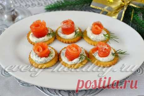 Закуска на крекерах с красной рыбой и сливочным сыром