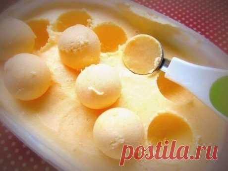 Невероятно простой рецепт мандаринового мороженого    Ингредиенты:Мандарины - 8 шт. (250 г)Сметана с жирностью 20 % - 400 гСгущенное молоко - 1 банка Приготовление:1. Очисти сладкие мандарины, раздели их на дольки и измельчи в блендере в течение 2 мин…