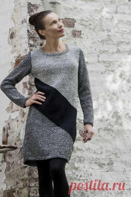 Платье спицами с контрастной диагональной полосой