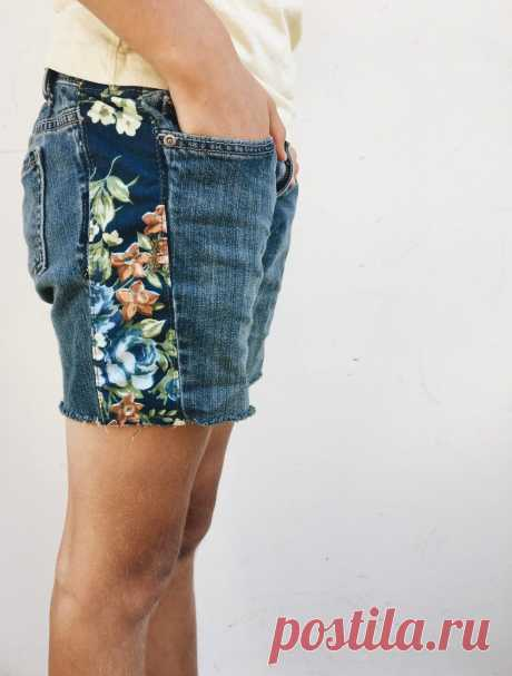 My favorite way to repurpose my girls' jeans is to make a cute new pair of  boho style jean cutoff shorts. When their jeans get too short and too  tight I've found a way to get one more season out of them by making jean  cutoffs with an extra strip of fabric down the side!  How to Make Cutoff Украшения Бохо, Ювелирные Браслеты, Женские Украшения, Одежда Своими Руками, Пошив Брюк, Переделка Одежды, Вторая Жизнь Одежды, Вторая Жизнь Одежды, Утилизированная Мода