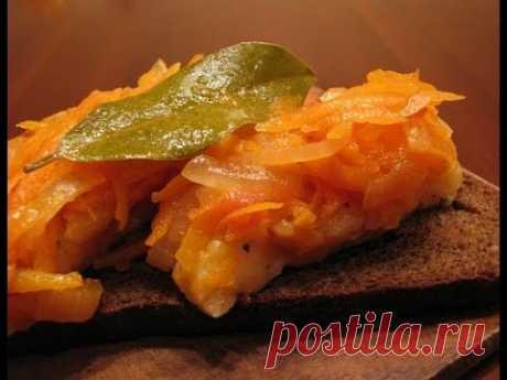 Рыба под маринадом 400 г рыбного филе 4 моркови 2 луковицы 1 ст. ложка томатной пасты немного муки 1 ч. ложка уксуса 2 лавровых листа 5–7 горошин черного перца соль сахар растительное масло для жарки