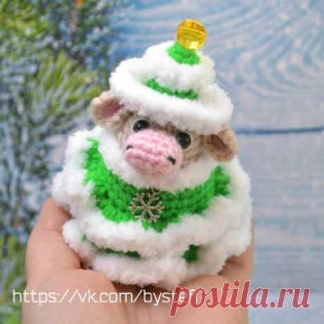 Коровушка в костюме ёлочки амигуруми. Схемы и описания для вязания игрушек крючком! Бесплатный мастер-класс от Стефании Плахота по вязанию маленькой коровушки в костюме ёлочки. Для изготовления новогодней игрушки автор использовал пря…