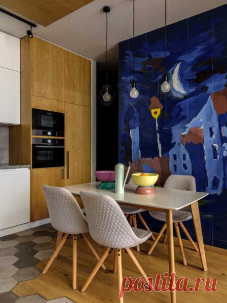 Houzz тур: Квартира для семьи — с рисунками сына на стенах Единые материалы, остеклённые перегородки и яркие детские