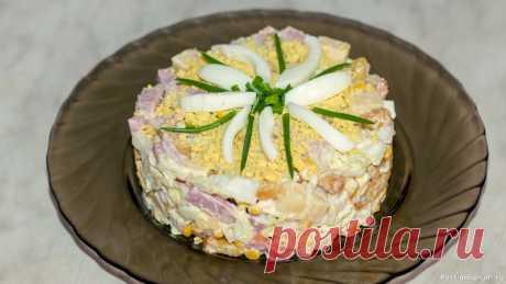 Салат с ветчиной, сыром и яйцами Продукты для приготовления салата:300 грамм ветчины на Ваш вкус4 куриных яйца200 грамм сыра твердых сортов1 банка консервированной кукурузы1/2 пекинской капусты примерно 500 грамм (верхняя часть, она более мягкая)1 пачка сухариков.Майонез для заправкиКак приготовить салат с ветчиной:1....