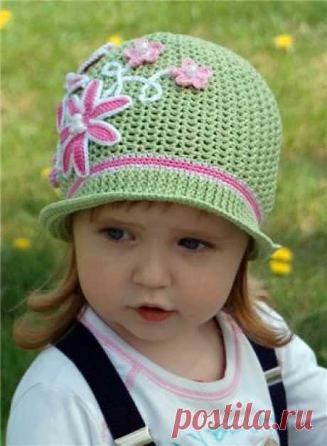 """Детские шляпки крючком, схемы и описание которых даны в сегодняшнем мастер классе, помогут вам связать любую девчачью шапочку всего за пару дней! Модели - летние шляпки, ажурные панамки, шляпка """"Майский мак"""", весенняя шапочка, шапка """"Ромашковое настроение"""", шлапка """"Цветочное трио"""" и т.д."""