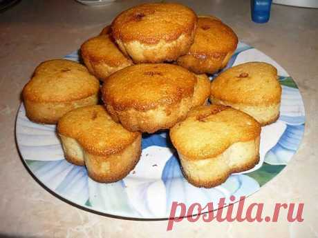 Пышные, воздушные и вкусные манные кексы - проще рецепта не найти   Ингредиенты:  - 1 стакан манной крупы  - 1 стакан кефира  - 1 яйцо  - сода  - 1 стакан сахара  - 1 стакан муки   Приготовление: Стакан манной крупы залить стаканом кефира, дать настояться минут 40.  Затем добавить 1 яйцо, размешать.   Добавить половину чайной ложки соды (загасить уксусом), теперь отправить туда 1 стакан сахара и 1 стакан муки.   Эту смесь хорошенько вымешать (блендером), нагреваем духовку ...