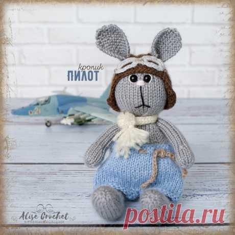 Кролик-пилот, игрушка вязаная спицами