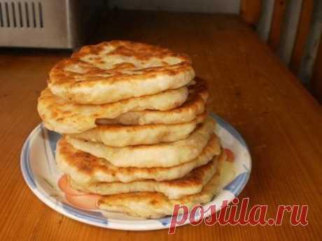 Лепешки с сыром  Ингредиенты: Тесто:  -кефир - 1 ст.  Показать полностью…