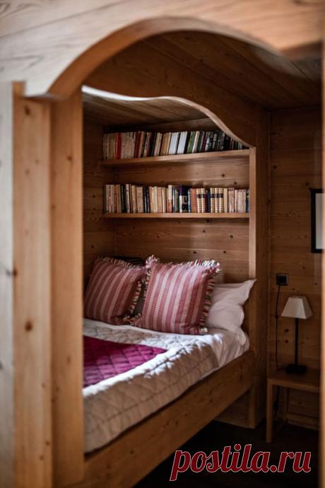 8 идей альков-кроватей, это прекрасная возможность отделить спальное место и удачно зонировать небольшою площадь комнаты.  Как правило, альков — это кровать со встроенным шкафом или антресолью. К слову, у нас в студии тоже есть альков, в котором можно с легкостью вместить диван и шкаф. Если вы мечтаете об уединении и хотите разделить гостиную и спальню, то обязательно задумайтесь об алькове.