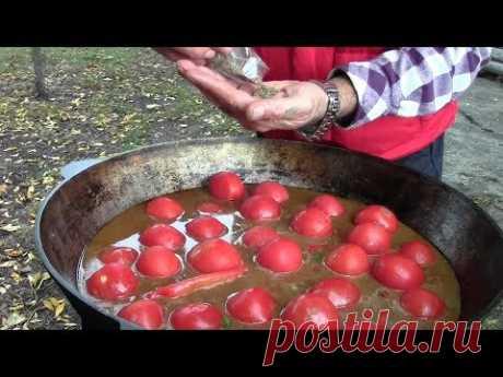 La carne de vaca en kazane con los tomates