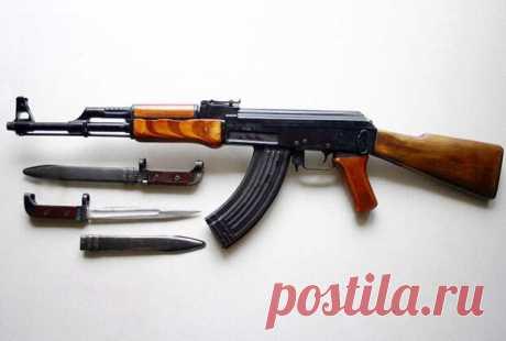 Автомат АК-47 патрон калибр 7,62 мм. Устройство. Скорострельность - Мир оружия - медиаплатформа МирТесен АК-47 - автомат Калашникова калибр 7,62-мм принятый на вооружение в СССР в 1949 году; индекс ГРАУ — 56-А-212. Был сконструирован в 1947 году М. Т. Калашниковым. АК и его модификации являются самым распространённым стрелковым оружием в мире. По имеющимся оценкам, к этому типу (включая лицензионные и