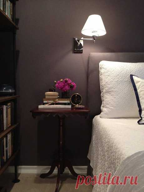 темная стильная спальня