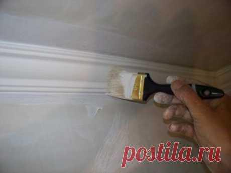 Частые ошибки при использовании водоэмульсионной акриловой краски Водно-акриловое покрытие очень часто используют при ремонте. Оно хорошо тем, что им можно покрывать поверхности, сделанные из любого материала.