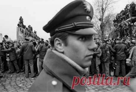 7 легендарных фото крушения Берлинской стены, сделанных фотографом Марком Пауэром 28 лет стена разделяла город.