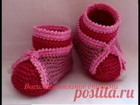 Пинетки спицами с отделкой knitting baby booties - YouTube