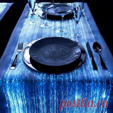 Скатерть из светящихся волокон. Выглядит по-неземному красиво.  Хочу романтический ужин за таким столом:)