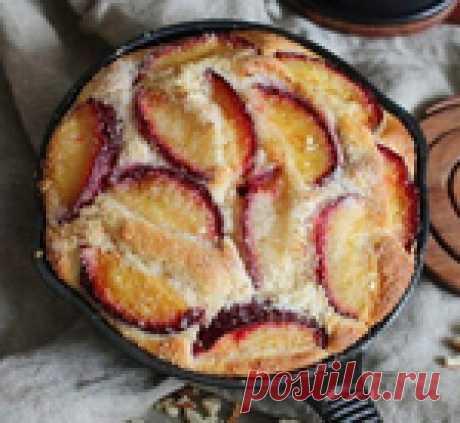 Сливовый пирог в сковороде