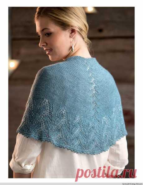 Голубая шаль с ажурной каймой.