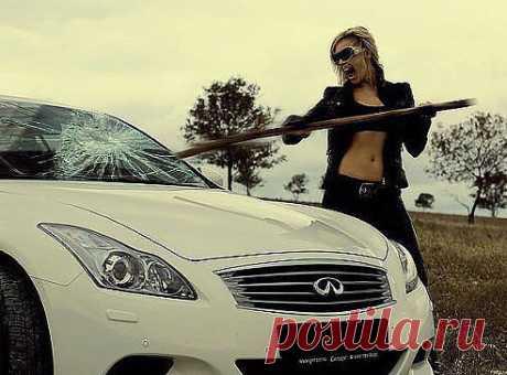 Я тебя простила! - нацарапала девушка гвоздем на капоте его машины.