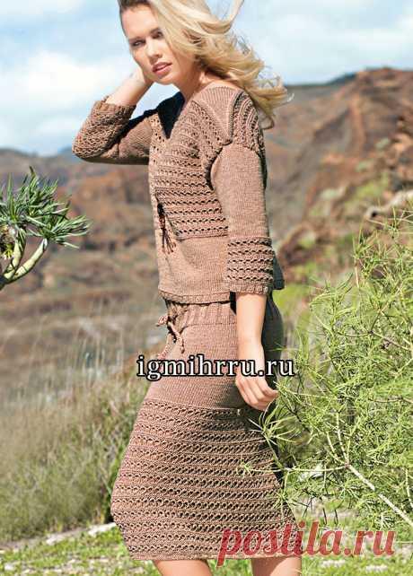 Летний коричневый костюм с ажурным узором: пуловер и юбка. Вязание спицами