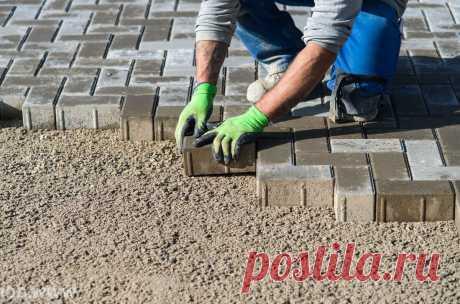 Почему на песок тротуарную плитку кладут только глупые. Бригадир строителей научил как нужно | Дачный СтройРемонт | Яндекс Дзен