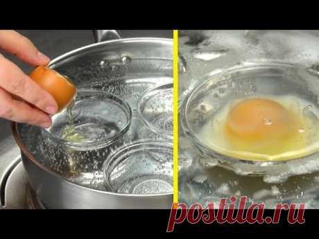 Кладем яйца прямо в кипящую воду, внутрь каждой из 3 розеток. Роскошный завтрак!