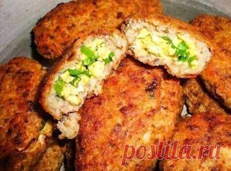 Las zrazy grechnevye con el filete de gallina, el cebollino y el huevo
