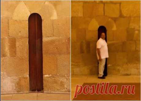 """Пьяный Твиттер on Twitter: """"Это дверь в обеденную зону монастыря Алкобаса в Португалии. И такой узкой она была сделана для того, чтоб набравшие вес монахи были вынуждены соблюдать пост."""