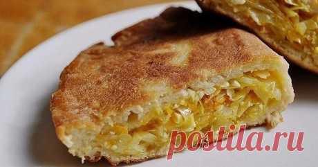 Пирог «Шарлотка с капустой»  Ингредиенты:  Мука - 200 г  Яйцо - 3 шт.  Морковь - 1 шт.  Кефир - 150 мл  Майонез - 100 мл  Сода - 0,5 ч. л.  Соль по вкусу  Приготовление:  1. Смешайте яйца, кефир, майонез, соль, соду. Просейте муку. Замесите тесто, выложите в миску и накройте полотенцем.  2. Нарежьте капусту и морковь. Обжарьте их на сковороде, посолите и сбрызните лимонным соком. Капуста должна стать мягкой.  3. Смажьте дно формы для выпекания сливочным маслом ...