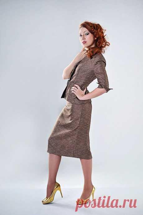 Костюм: жакет + юбка Полуприлегающего  силуэта  жакет с горизонтальными швами с отстрочкой,карманами и рукавами 3\4 с разрезиками. Юбка классическая со шлицей , без пояса  состав: полиэстер 100%