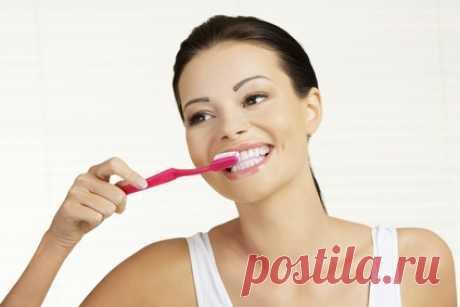 El blanqueamiento de los dientes por los medios públicos: 8 recetas de casa