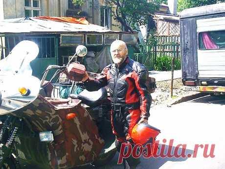 Второй мой байк,  На фото король Украины - Руси Орест - Первый граф Карелин -Романишин.  сзади второе сам - авто.