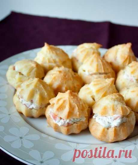 Profiteroles with cream cheese and a salmon