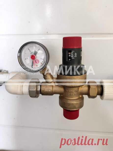 Установленная в котельной наполняющая группа Giacomini (Италия) R150M с манометром представляет собой редукционный клапан, отвечающий за заполнение системы отопления до заданного давления, https://amikta.ru/otoplenie/