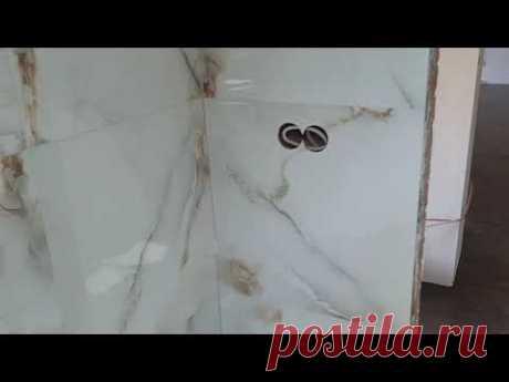 Ванная комната облицованная керамогранитом с безбортовым душевым поддоном.
