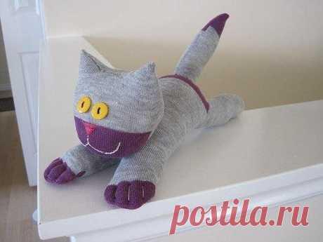 Котик из носков Котик из носковКотик из носков это один из простейших способов создания с детьми мягких игрушек.