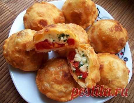 """Los pastelillos fritos \""""la Bomba\"""" de la pasta cocida sobre el kéfir"""