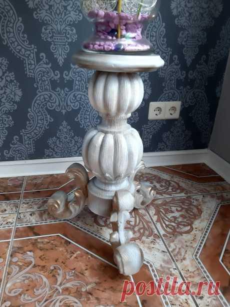 Aus alt, mach neu. Von alte Stehlampe aus Holz zum schönen antiker Blumenständer