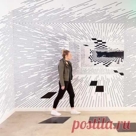 Художник рисования линий создает трехмерное математическое искусство