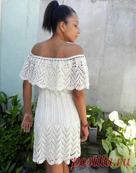 El vestido hermoso veraniego con los hombros bajados. Los esquemas de la labor de punto por el gancho