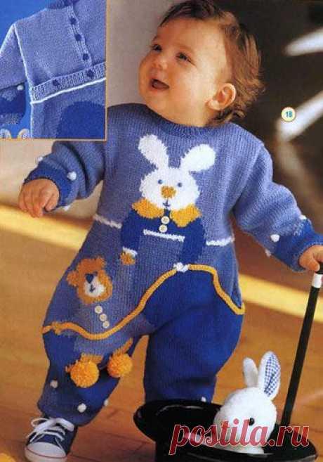 Подробное руководство, выкройка и схема вязания спицами яркого комбинезона для малыша с зайцем и львом